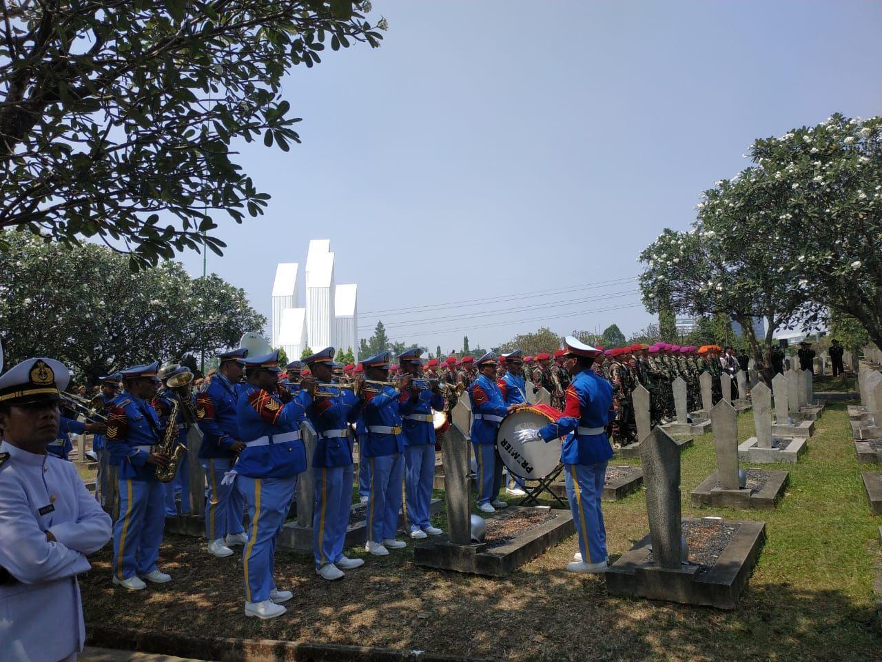 Diantar Banyak Warga, Ini Foto-Foto Pemakaman BJ Habibie di Kalibata