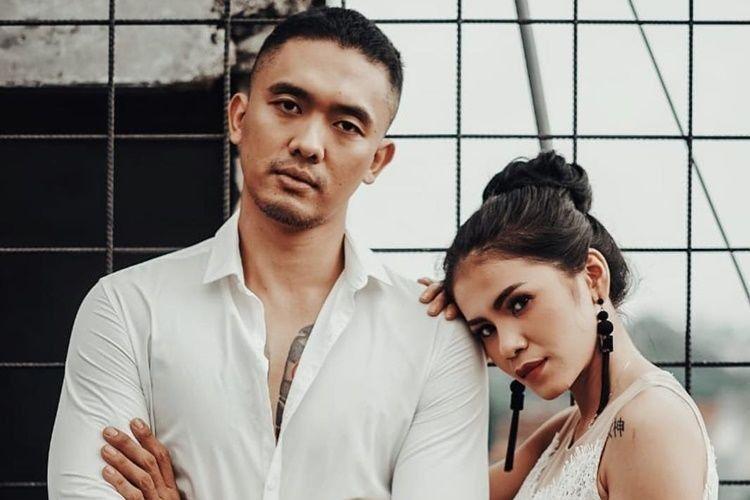 Hot Couple! 10 Potret Mesra Komedian Uus dan Istri yang Eksotis Banget