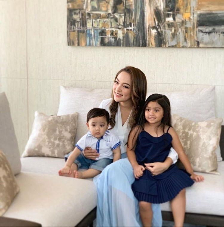Jarang Disorot, Ini 10 Potret Manis Keluarga Dokter Reisa Broto Asmoro