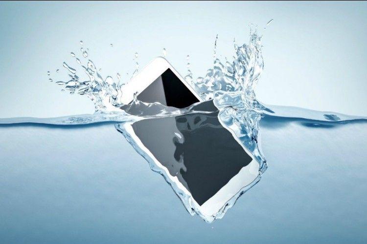 Ponselmu Jatuh Ke Dalam Air? Ini 6 Cara  Pertolongan Pertamanya
