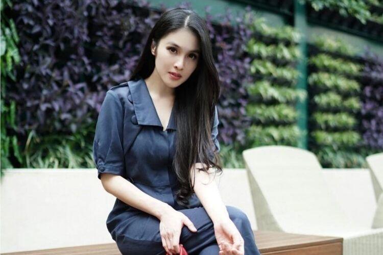 Berapa Harga 1 Look ini: Sandra Dewi