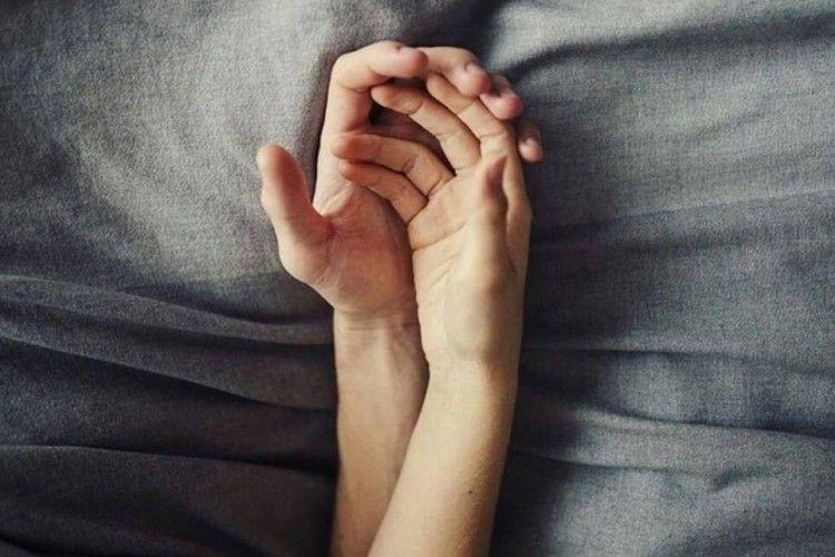 7 Trik Panas Merangsang Pasangan di Ranjang, Khusus Laki-Laki Dewasa!