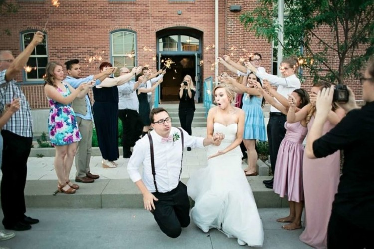Kocak! 10 Potret Pernikahan Ini Bisa Membuatmu Tertawa Geli