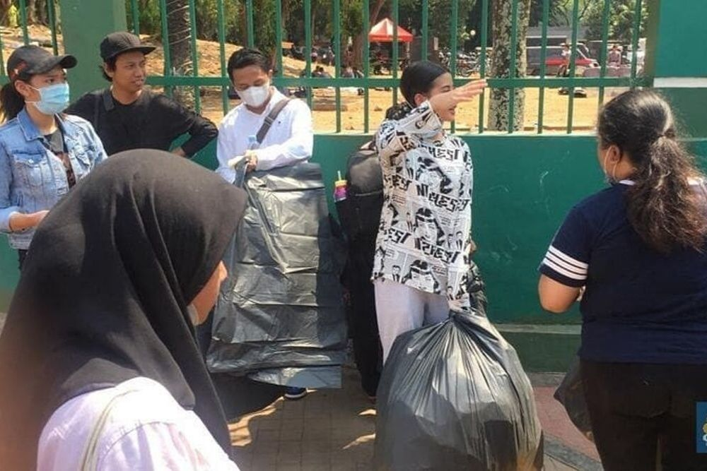 Pungut Sampah Bau Pesing, Ini Potret Awkarin Bersih-Bersih di DPR