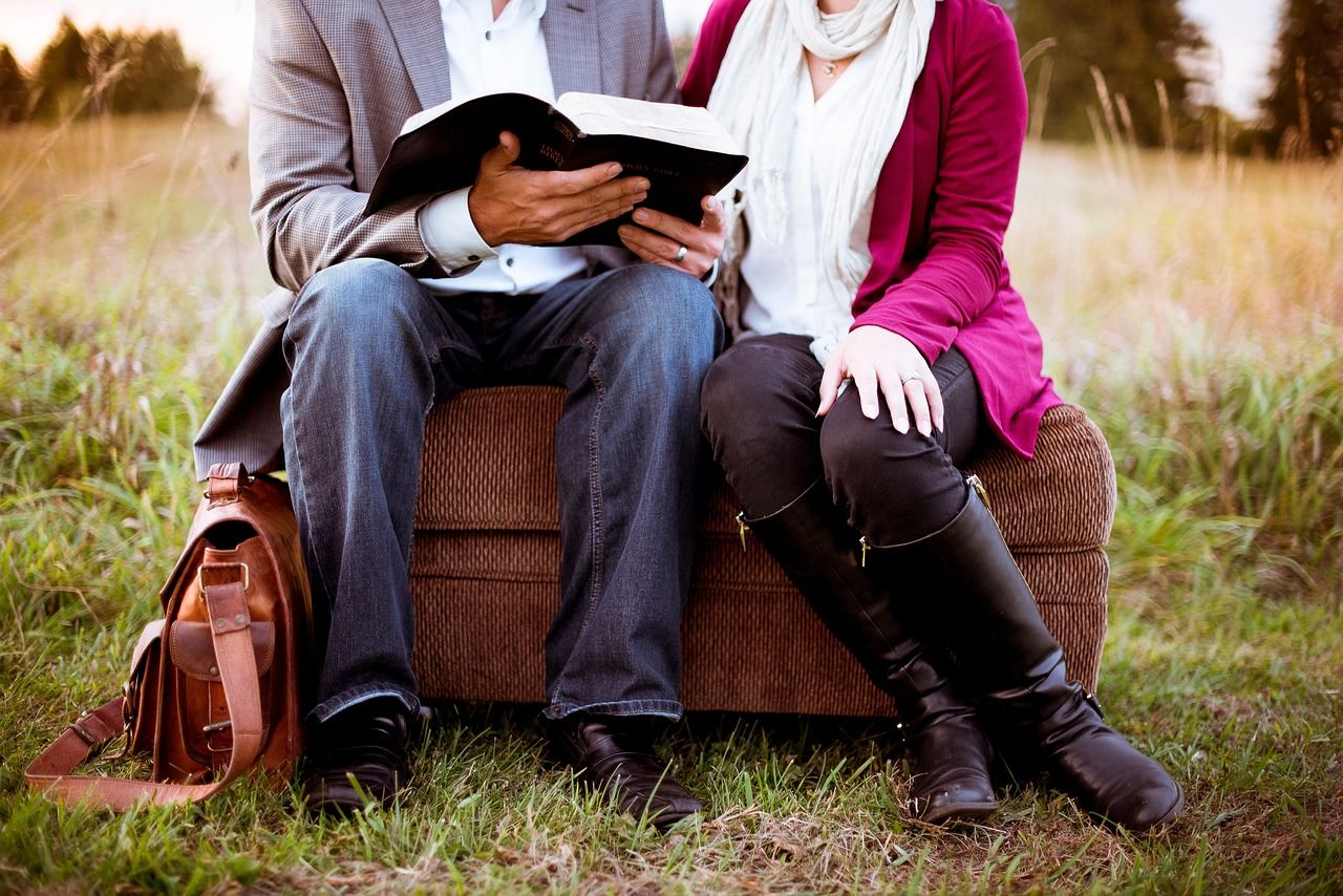 25 Ayat Alkitab tentang Cinta Kasih Sejati