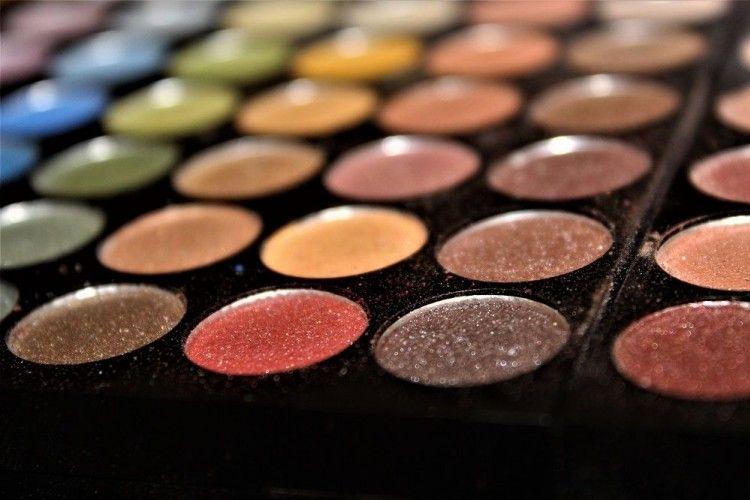 5 Kegunaan Lain Eyeshadow Selain untuk Merias Mata
