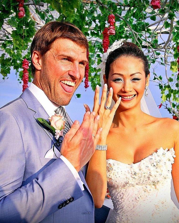 8 Tahun Menikah, Intip Potret Kemesraan Indah Kalalo & Suami Bulenya