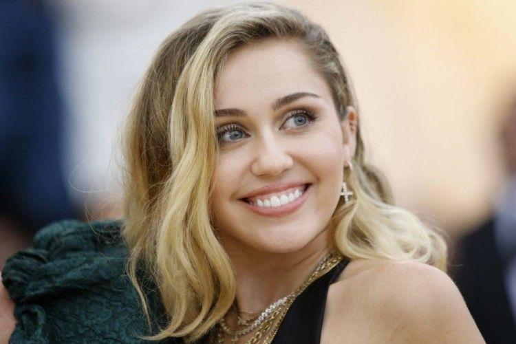 Miley Cyrus Sindir Liam Hemsworth di Siaran Langsung Instagram