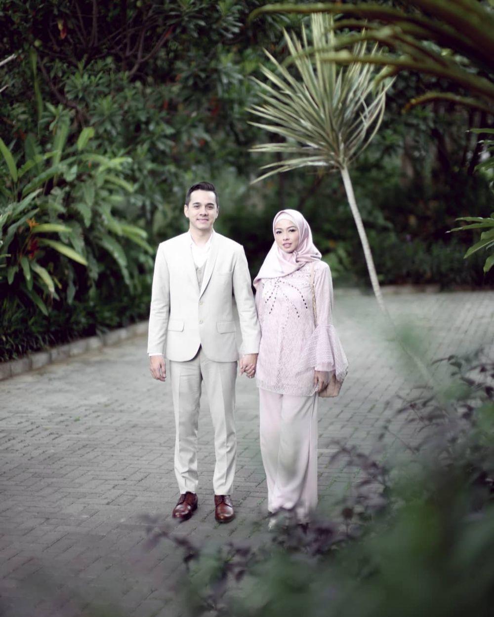 12 Tahun Menikah, Intip 10 Potret Kemesraan Rionaldo Stokhorst & Istri
