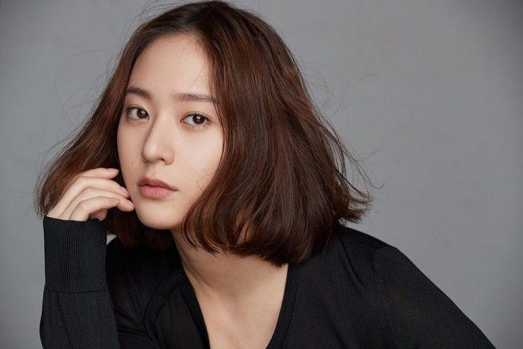 Punya Wajah Jutek, 6 Momen Ini Buktikan Krystal Jung Sosok yang Hangat