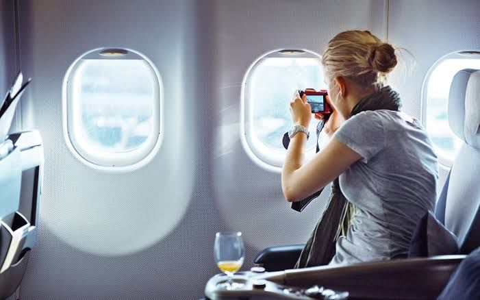 7 Hal yang Sebaiknya Jangan Kamu Lakukan di Pesawat