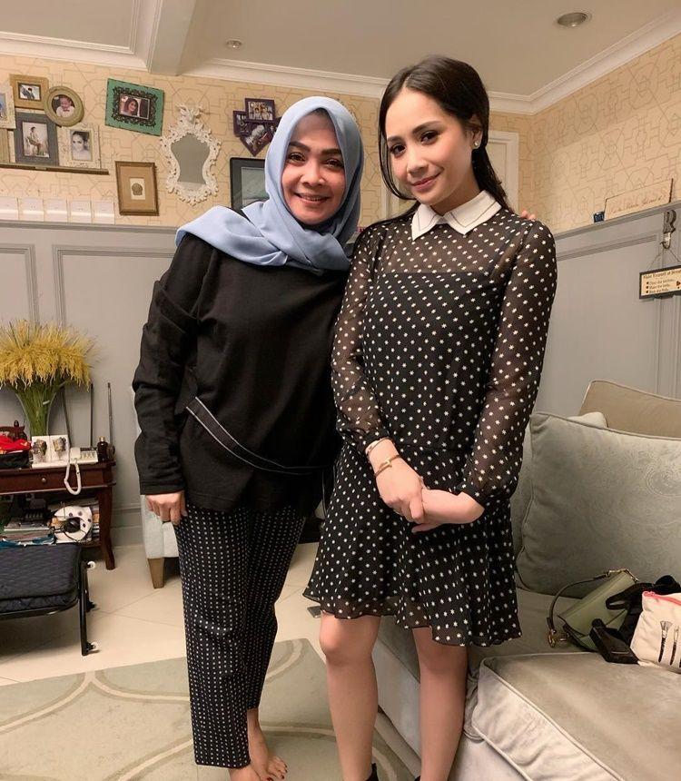 Jadi Panutan, Ini 9 Potret Kedekatan Nagita Slavina & Mama Rieta