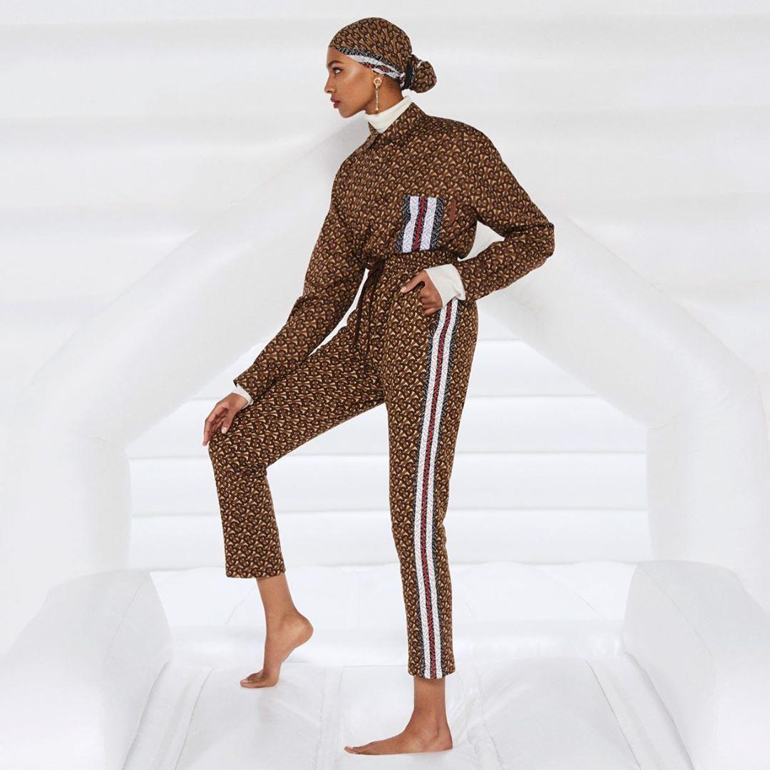 Salut! Burberry Menampilkan Model Hijab Pertamanya