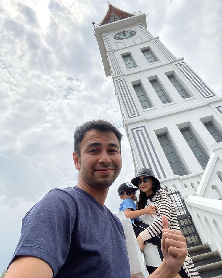 8 Potret Menarik Raffi Ahmad dan Keluarga di Kota Padang