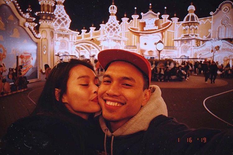 10 Potret Mesra Conchita Caroline & Suami Setelah Setahun Menikah