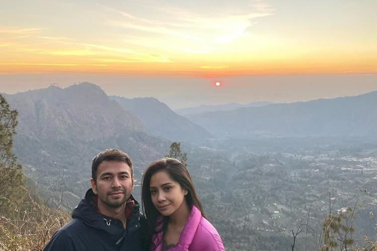 Panorama Yang Indah Ini 9 Potret Manis Raffi Nagita Di Gunung Bromo