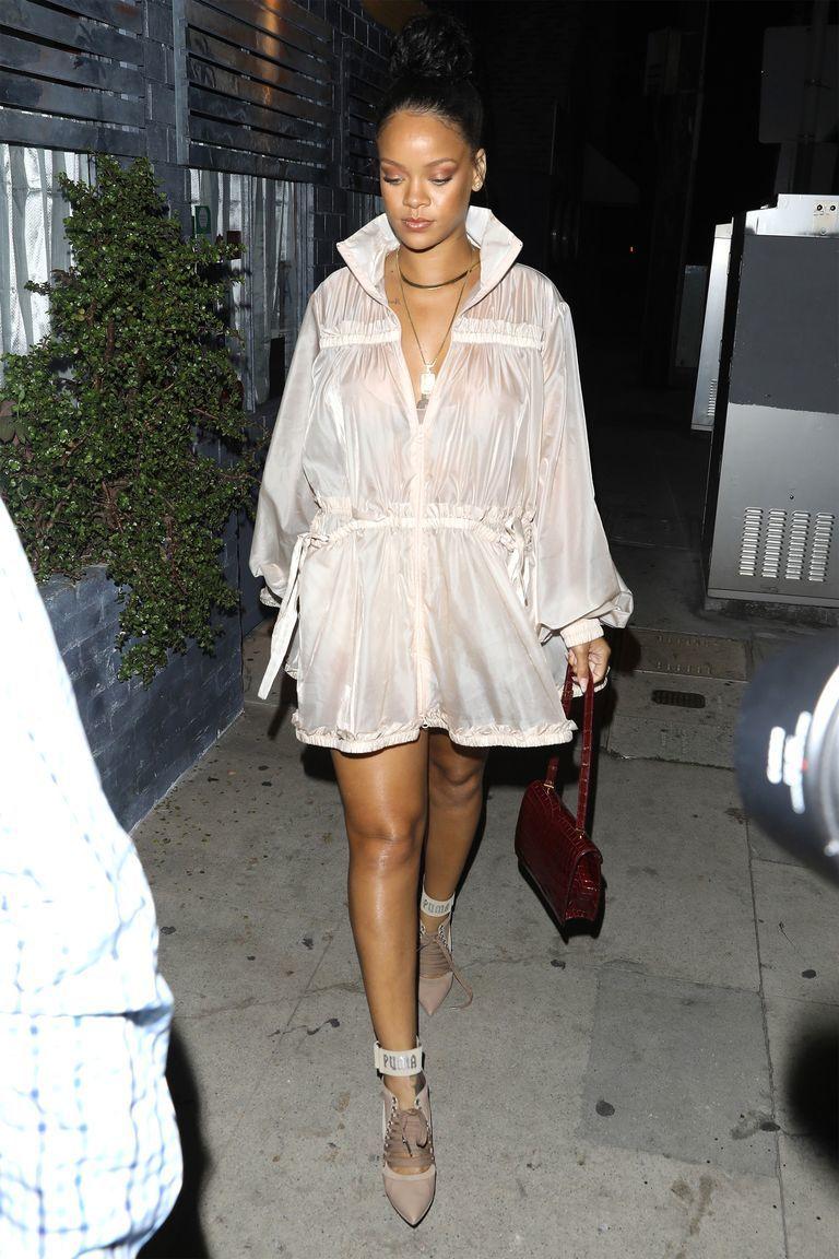 Bukan Pamer Tubuh, Tapi Gaya Rihanna Memang Seksi dan Modis Banget!