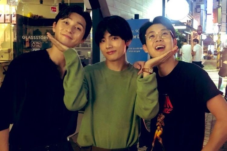 7 Momen Friendship Goals V 'BTS' dan Park Seo Joon, Bikin Iri!
