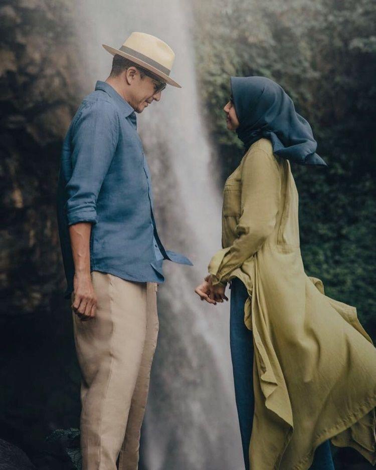 Tetap Romantis, 7 Artis Ini Foto Pre-Wedding Tanpa Bersentuhan Tangan