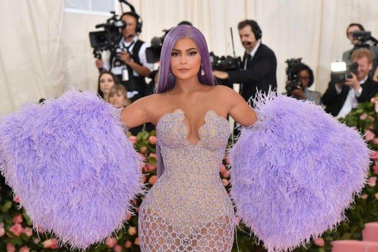 Ini Alasan Kenapa Kylie Jenner Menjual Saham Bisnis Kosmetiknya