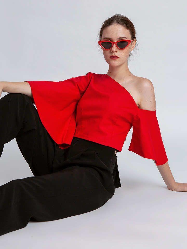 Bahas Brand Lokal: Tampil Cantik Pakai Atasan One Shoulder