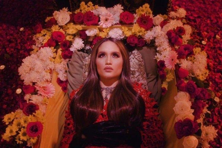 Cinta Laura Rilis Single Kedua Berjudul 'Caliente', Ini Faktanya