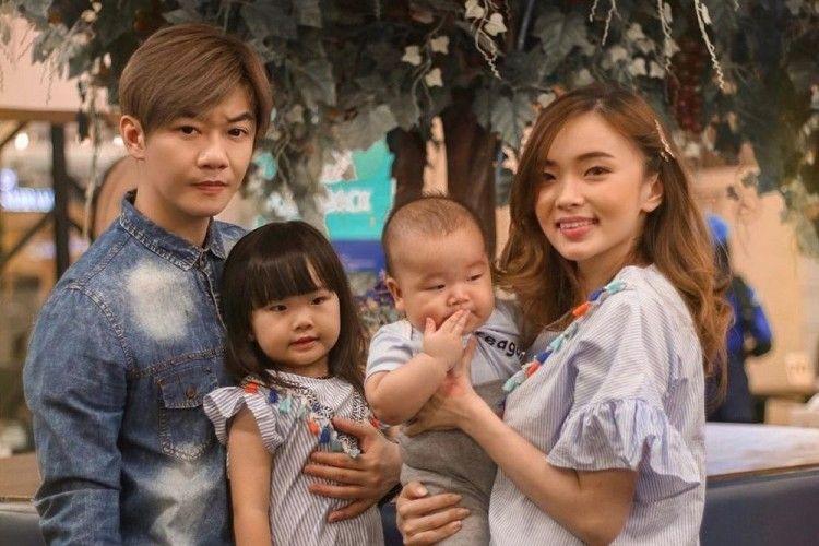 Manisnya! 11 Potret Keluarga Kecil Angel Eks 'Cherrybelle'