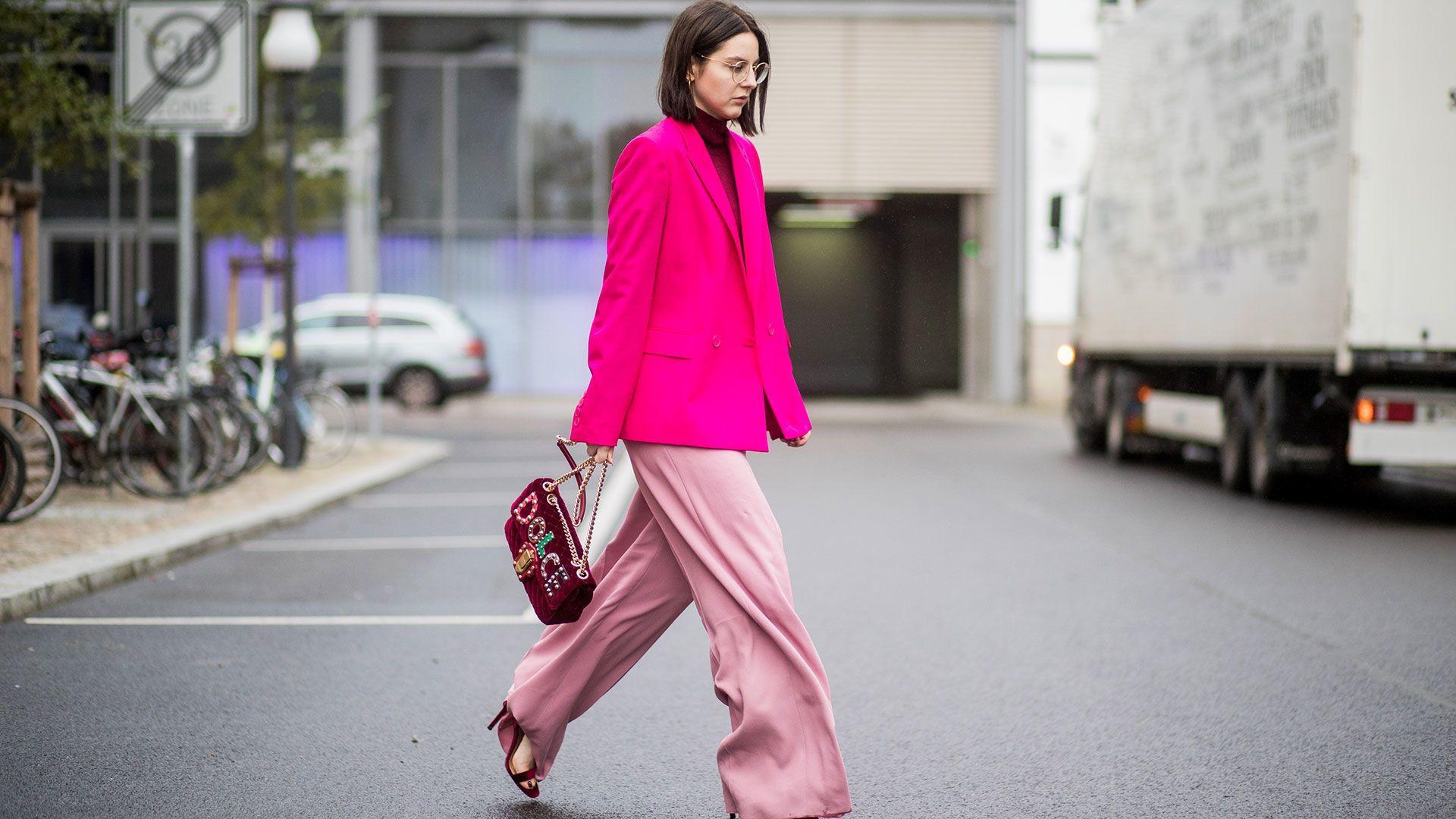 Cara Seru Pakai Blazer Pink untuk Sehari-hari