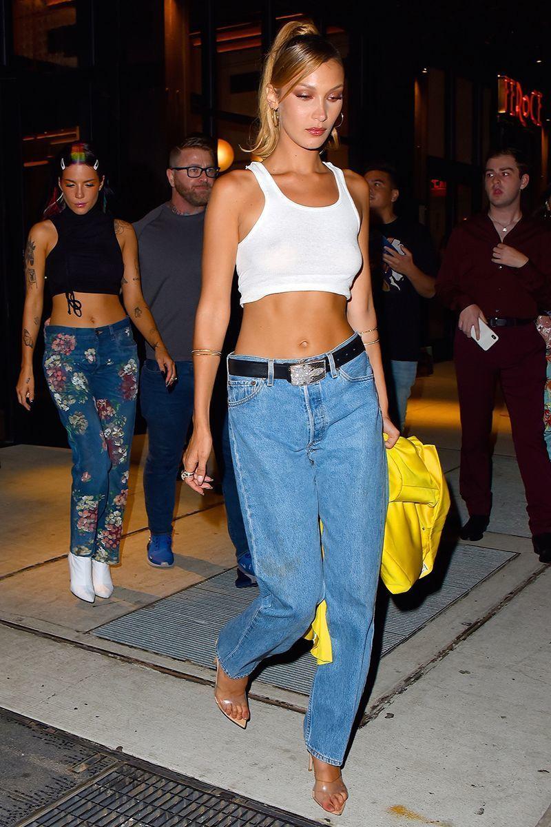 Gaya Seksi nan Simpel Bella Hadid Saat Pakai Celana Jeans