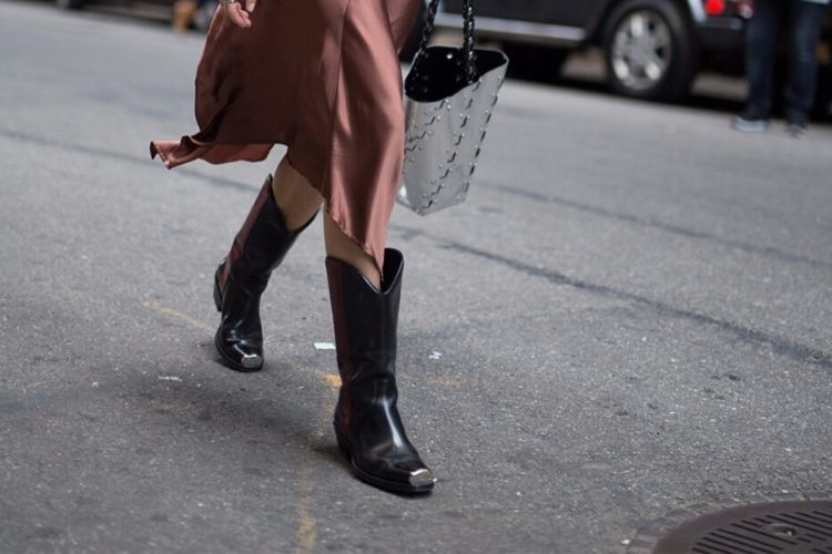 Cara Paling Mudah Membersihkan Sepatu Boots