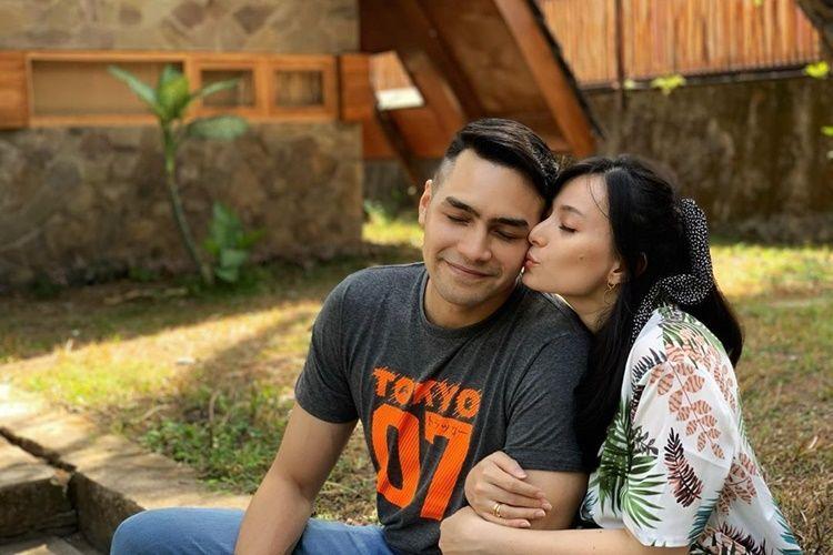 9 Pasangan Artis yang Kemesraannya Awet Banget, Couple Goals!