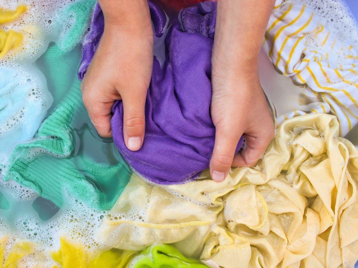 Tips Mencuci Pakaian Bahan Satin yang Nggak Boleh Kamu Hiraukan!