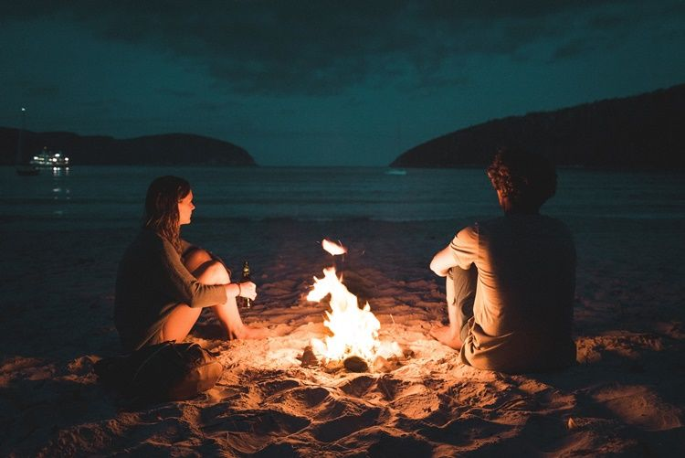 Ini 5 Tanda Nyata Perempuan Pemalu yang Sedang Jatuh Cinta