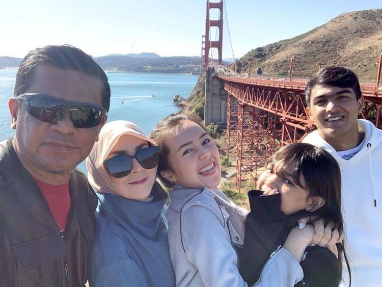 Kompak Banget! 10 Potret Kedekatan Beby Tsabina dengan Keluarga