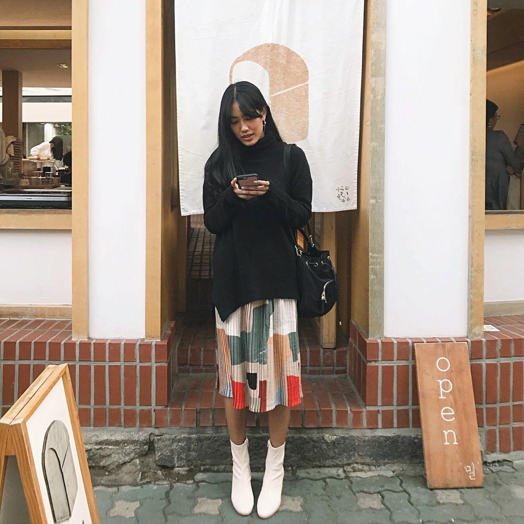 Tiru Gaya Selebgram Indonesia Pakai Sweater untuk Musim Hujan
