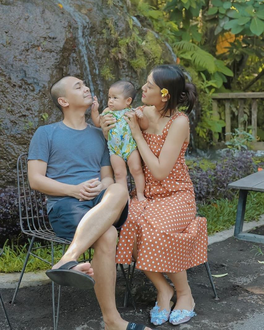 Harmonisnya Keluarga Kecil Raditya Dika Tergambar Lewat 10 Foto Ini