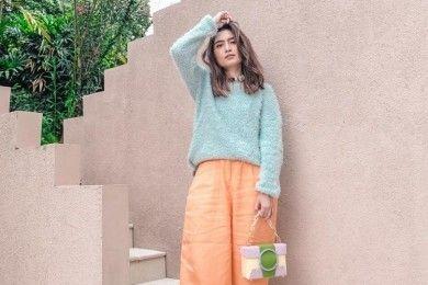Tiru Gaya Selebgram Indonesia Pakai Sweater Musim Hujan