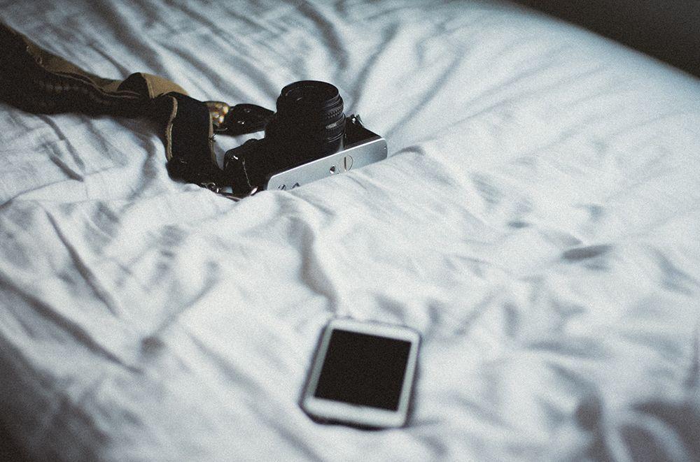 Selain Membahayakan Nyawa, Charge Ponsel di Ranjang Bisa Picu Stres