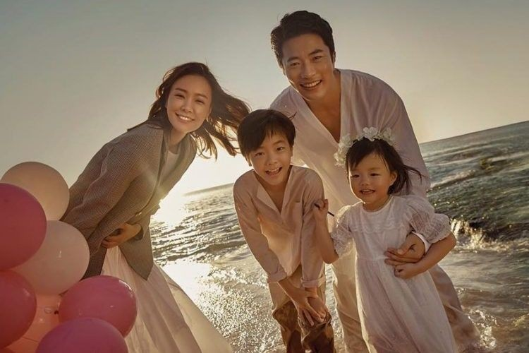 10 Potret Harmonis Keluarga Artis Korea, Bikin Ingin Cepat Nikah!