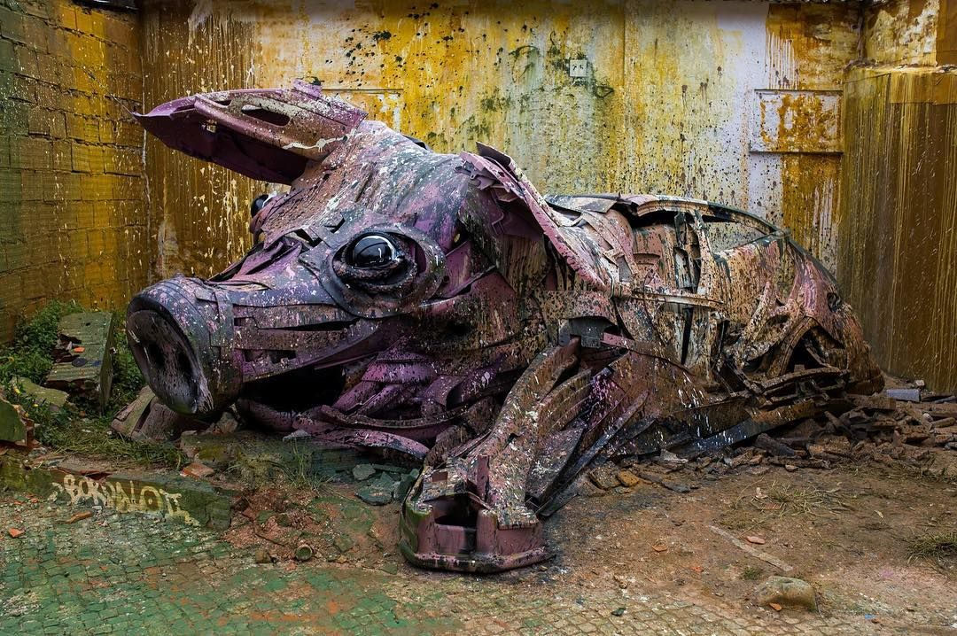 Kreatif, Seniman ini Mengubah Tumpukan Sampah Menjadi Karya Seni