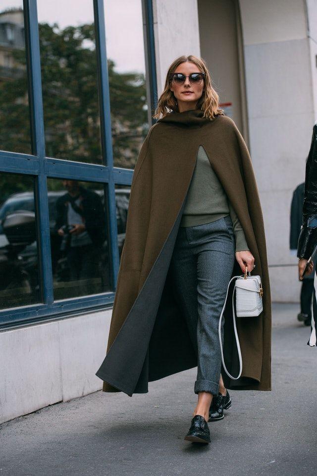 Musim Hujan! Ini Tips Memakai Mantel Selimut yang Fashionable