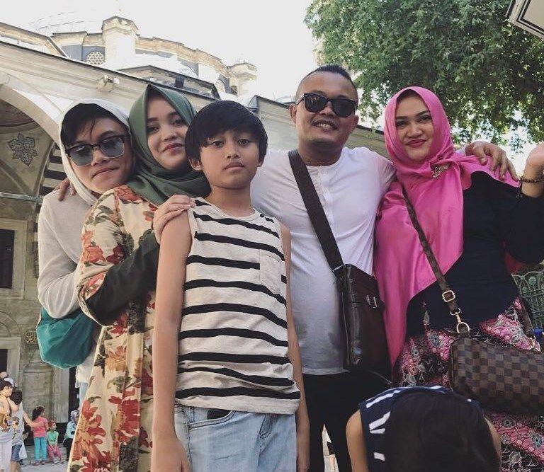 Ibu Rizky Febian Meninggal, 8 Potret Ini Ungkap Kisah Keluarga Mereka