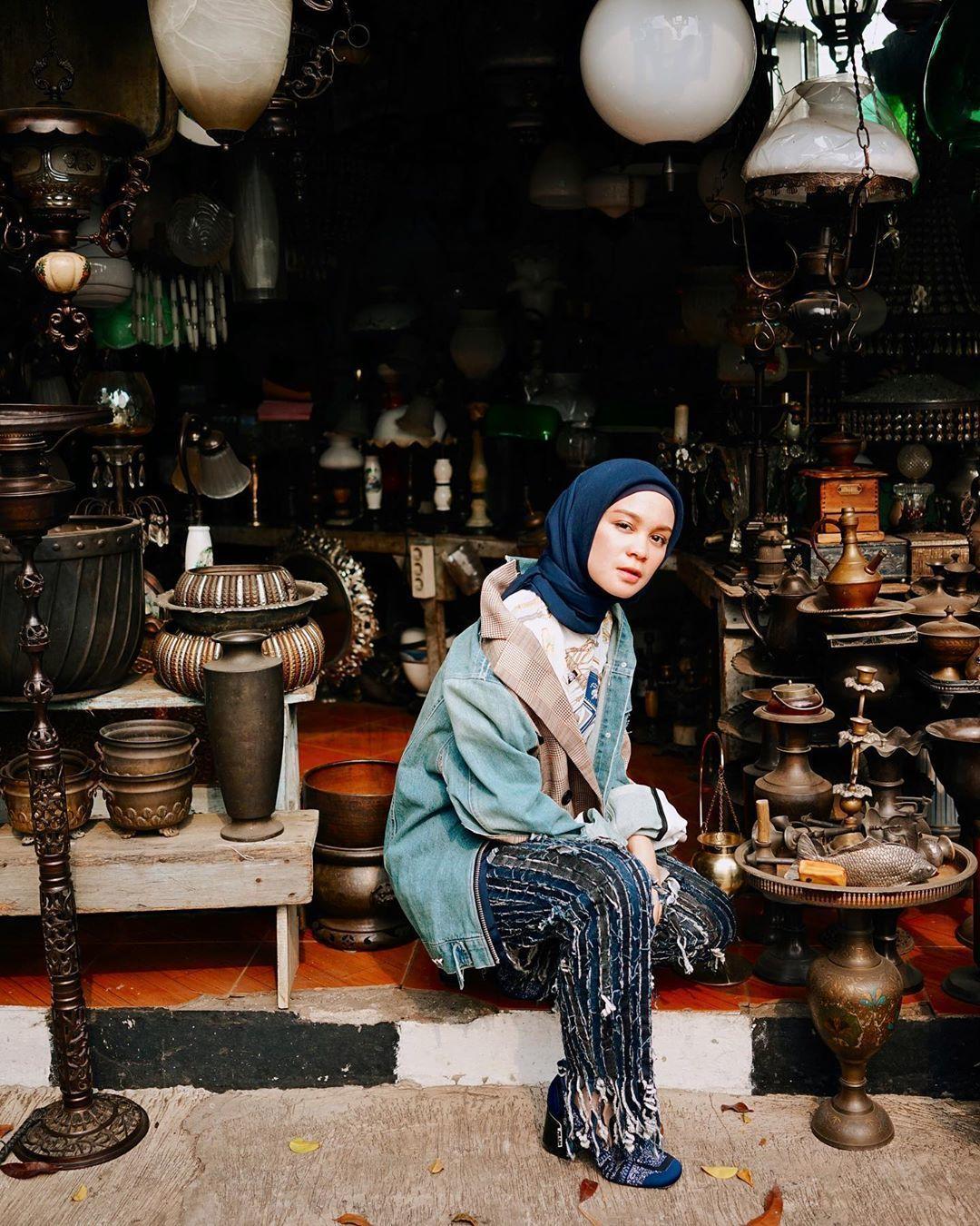 Tiru Gaya Selebgram Indonesia Pakai Jaket Denim