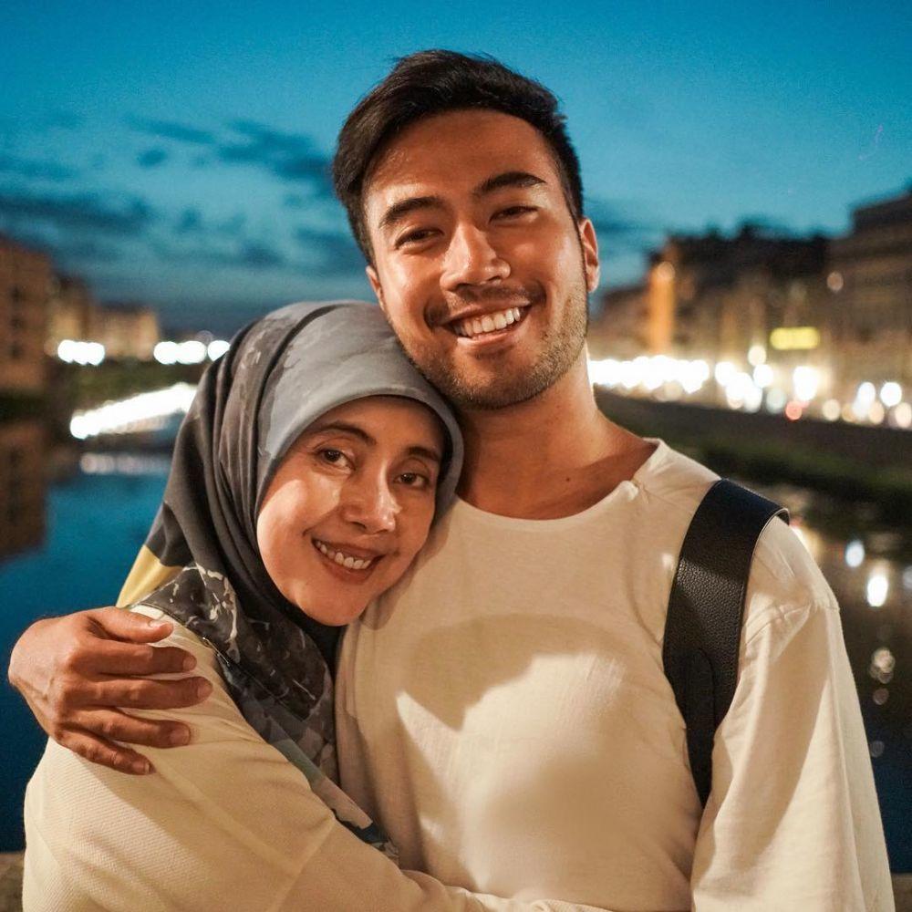 10 Potret Hangat Vidi Aldiano dan Ibunya, Kasih Sayang Tiada Batas