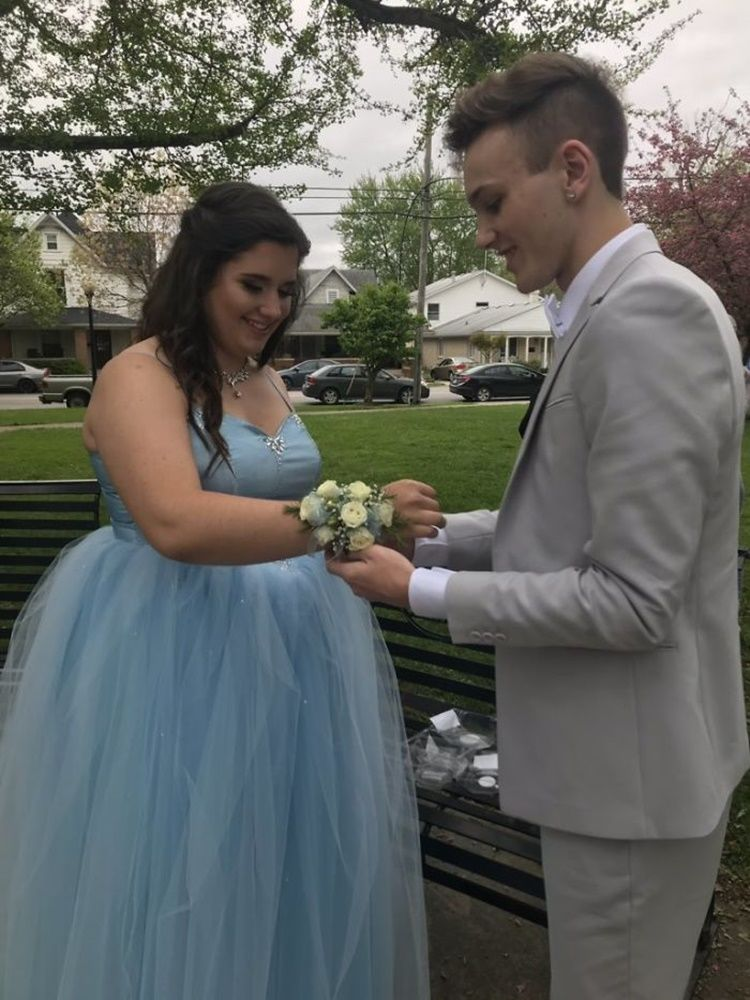 Demi Prom Night, Lelaki Ini Buatkan Gaun Cinderella untuk Sahabatnya