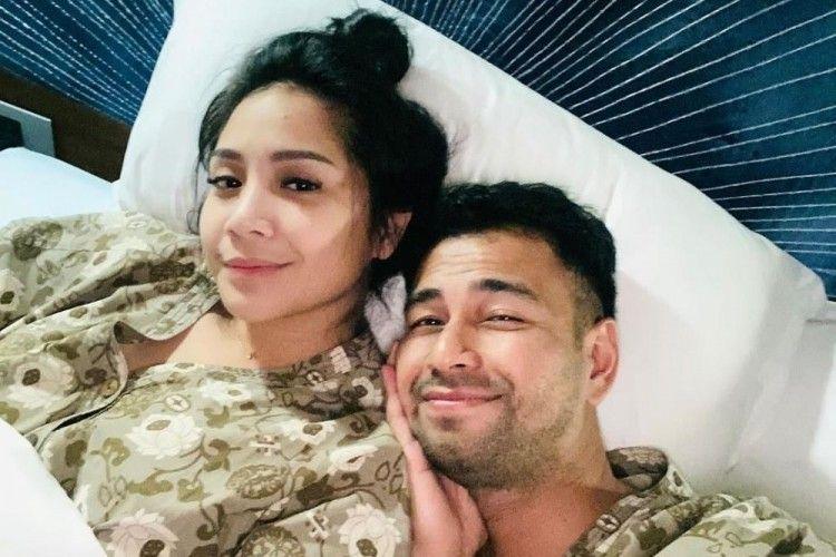 Mesranya, 10 Pasangan Artis Suami-Istri yang Berpose di Atas Ranjang