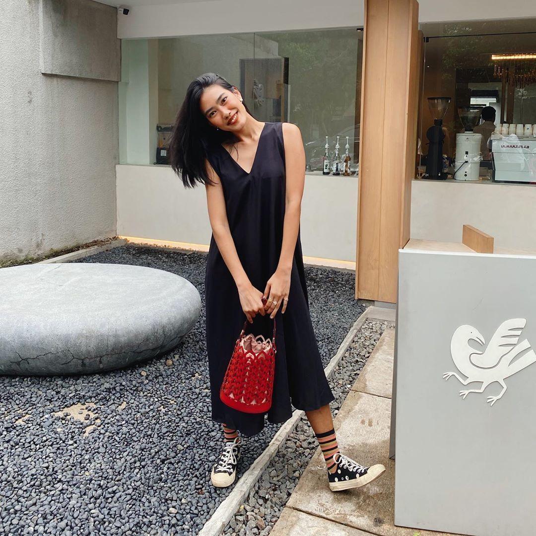 Cara Unik Pakai Kaos Kaki a La Selebgram Indonesia