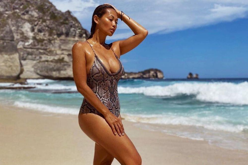 Dari Natural hingga Bold, Begini Riasan Seleb Ketika Gunakan Swimsuit