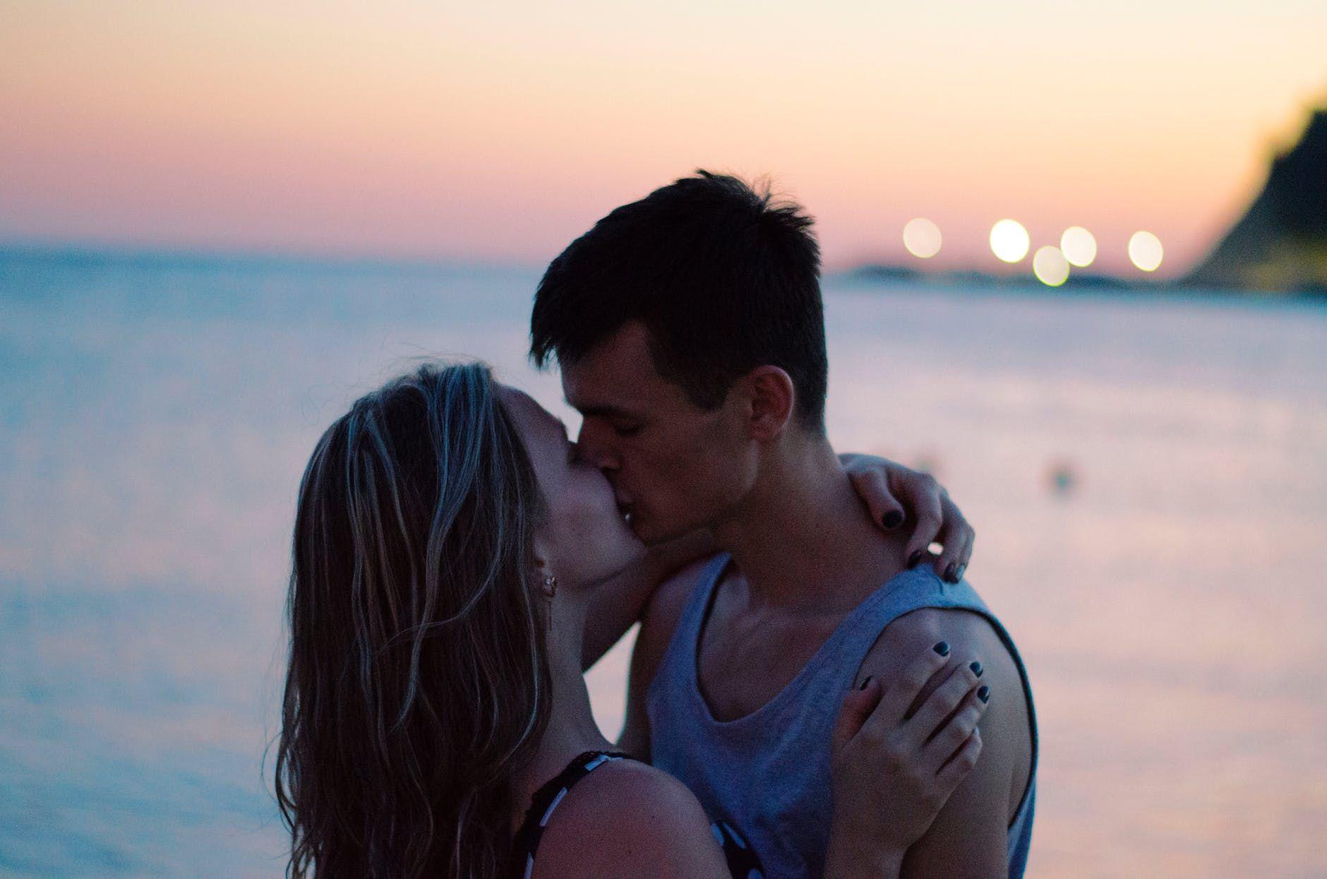 4 Zodiak yang Bicara Cinta Lewat Sentuhan Kasih