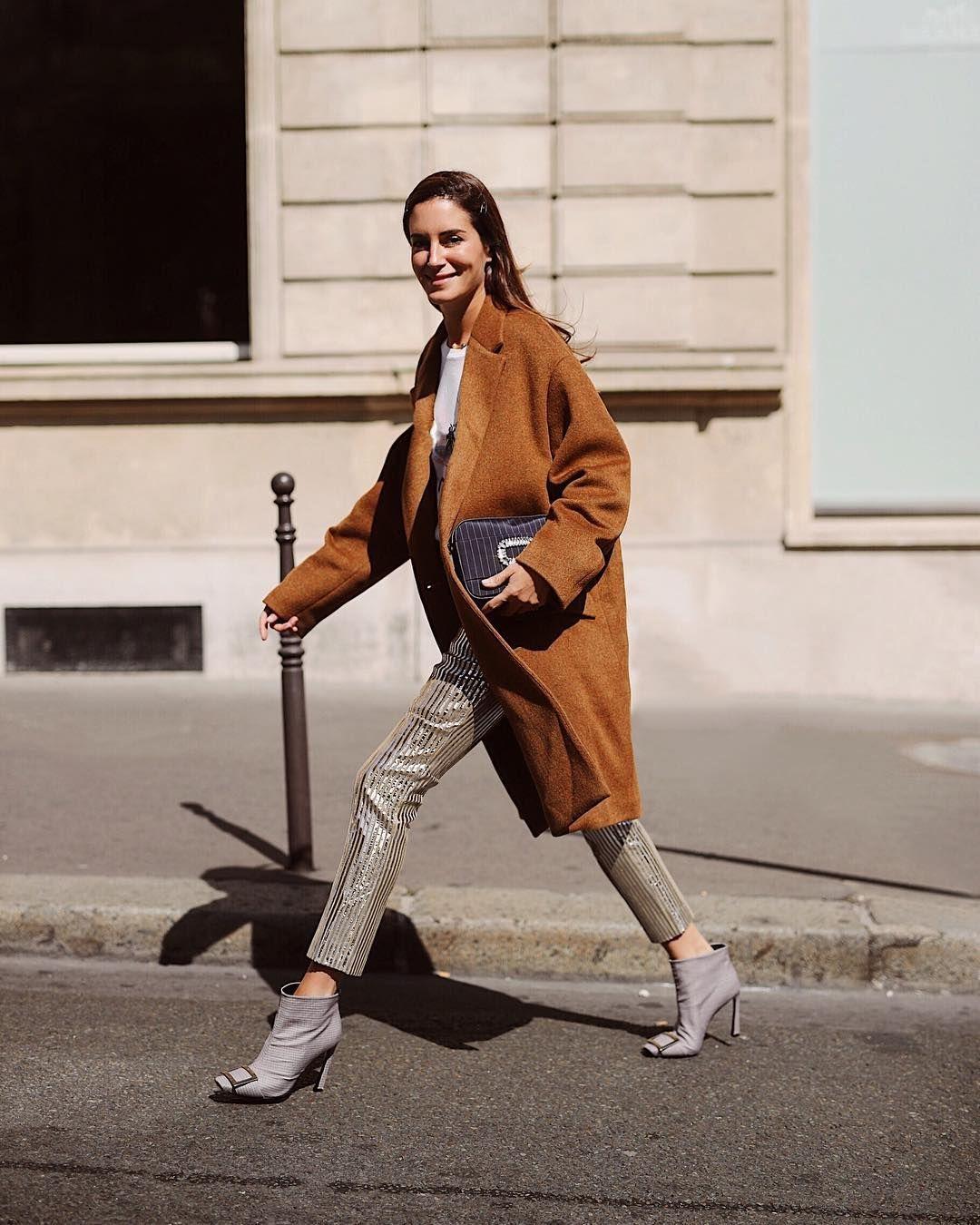Tips Gaya Futuristik Pakai Celana Silver untuk Sehari-hari